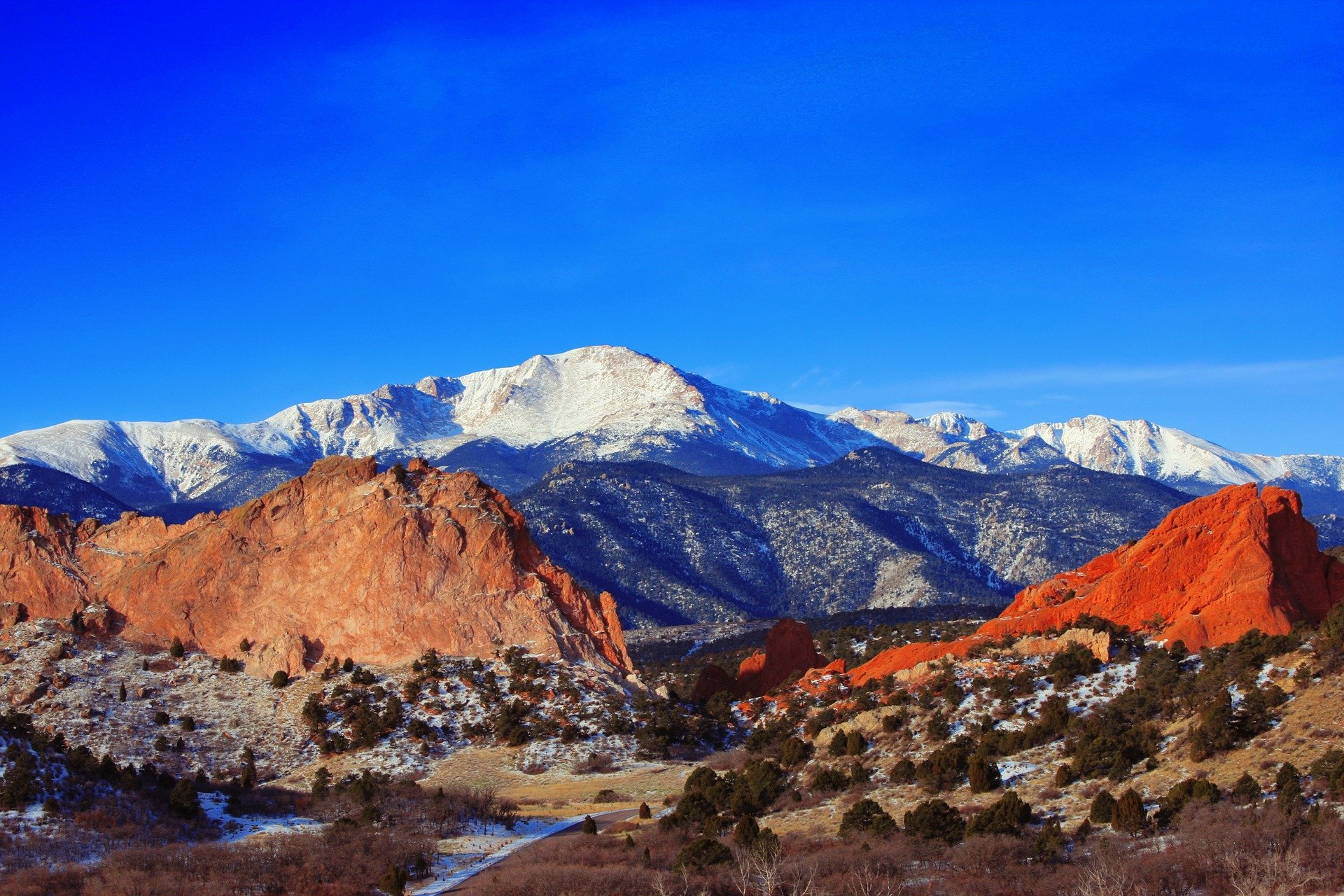 colorado-springs-neighborhood-looking-at-pikes-peak